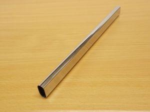 Krácená šatní tyč chrom ovál 656 mm pro skříň š.700 mm