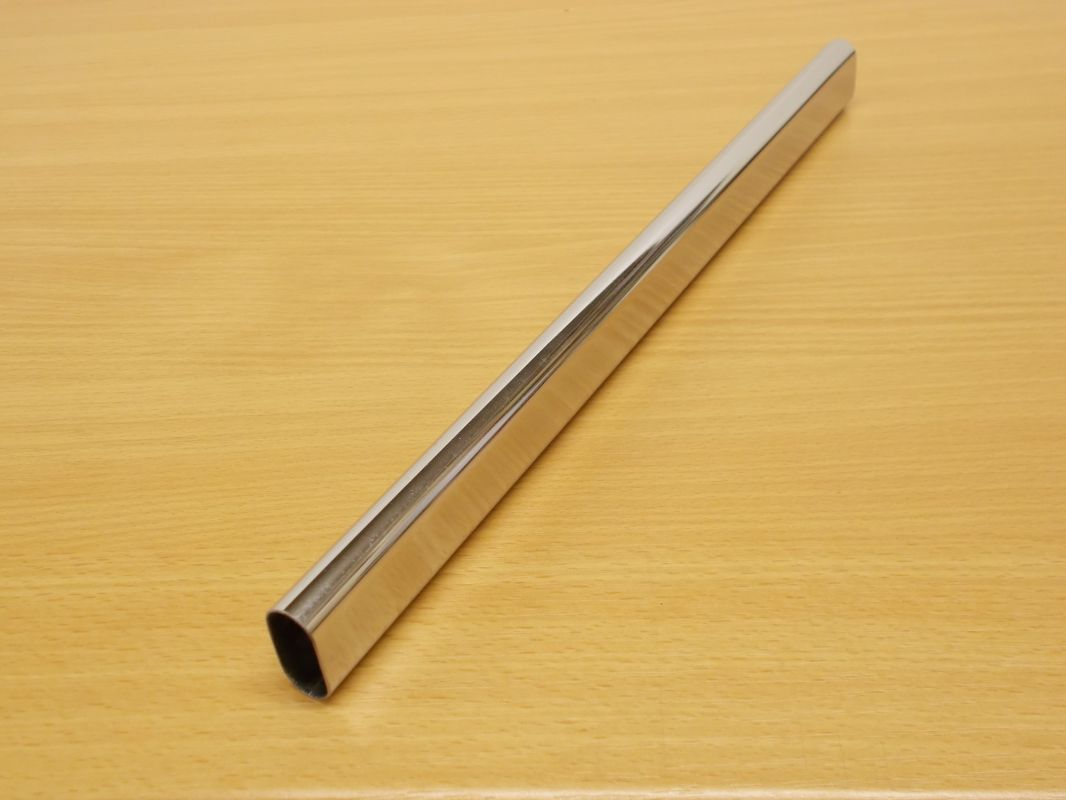 Krácená šatní tyč chrom ovál 856 mm pro skříň š.900 mm
